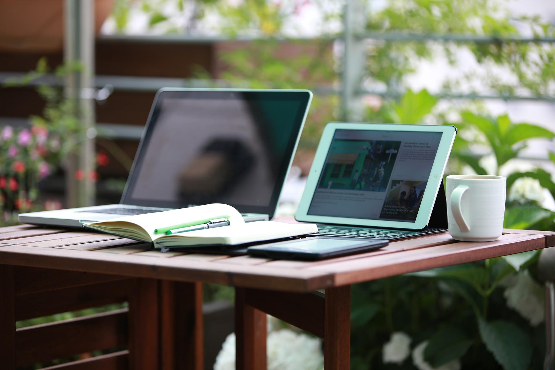 デスクにあるパソコンの画像