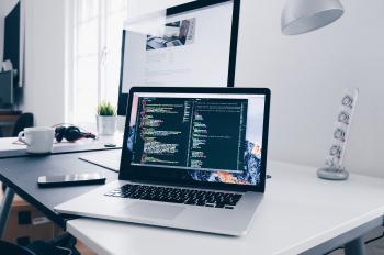 デスクトップパソコンとノートパソコンの画像