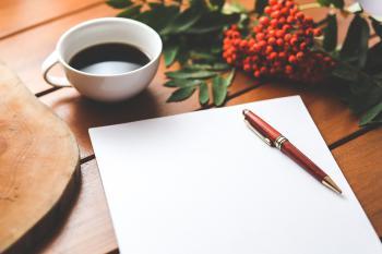 紙とコーヒーの画像