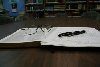 ノートとメガネの画像