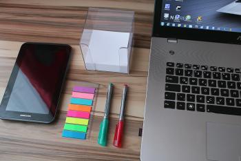 ノートパソコンとスマホの画像